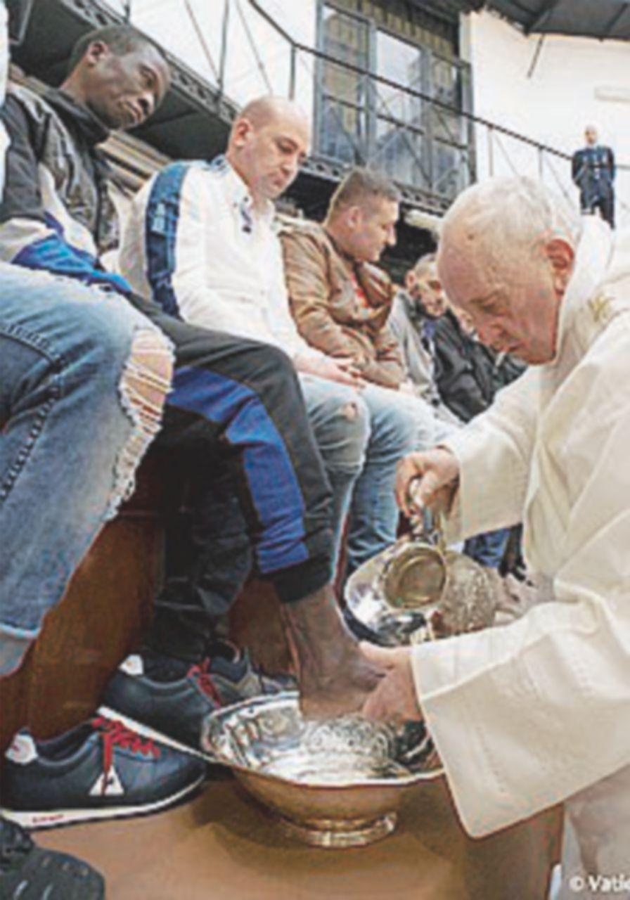 Il frate rifiuta di lavare i piedi agli immigrati. E i fedeli protestano