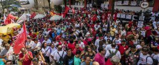 Brasile, Lula non si consegna alla polizia: è chiuso nella sede di un sindacato. Folla di manifestanti gli fa da scudo