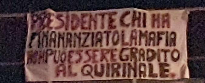 """Capaci, lo striscione contro Berlusconi dove fu ucciso Falcone: """"Ha finanziato la mafia. Non può essere al Quirinale"""""""