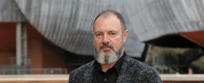 """Carlo Lucarelli: """"Misteri italiani? No, chiamiamoli segreti. Chi sa non parla"""". L'articolo su FqMillenniuM in edicola"""