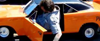 """Aiuto, mi si è ristretta la Plymouth! Il """"gigante"""" scende dall'auto tra lo stupore degli appassionati"""