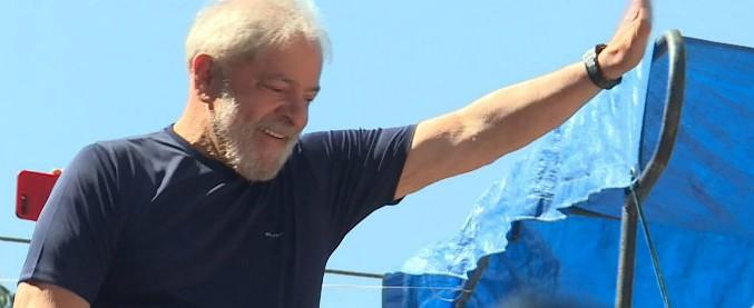 """Brasile, Lula si consegnerà alla polizia. L'annuncio alla folla: """"Non mi nascondo, non ho paura di loro. Sono innocente"""""""