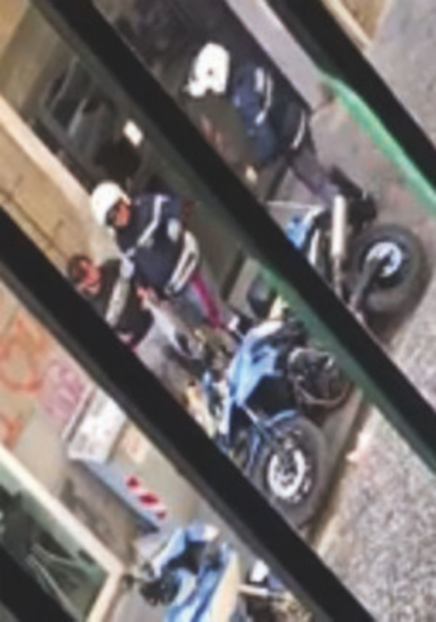 """Due agenti picchiano un ragazzo in strada Lui: """"Non scappavo"""""""