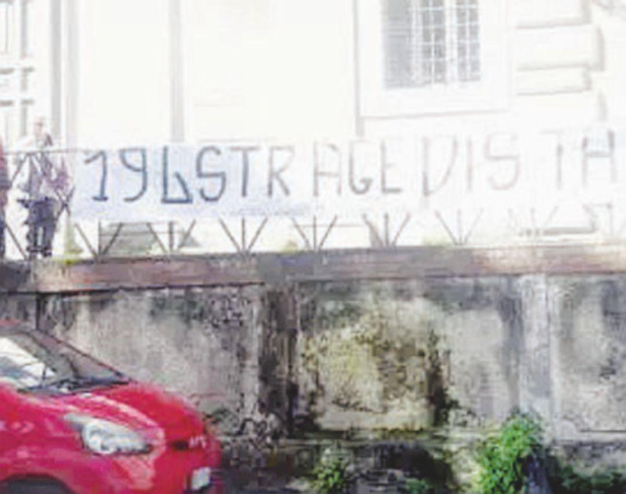"""Striscione antiaborto alla Casa delle donne """"È Forza Nuova"""""""