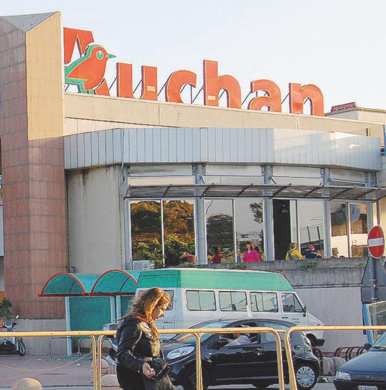 Auchan chiude due supermercati. Francesi in fuga