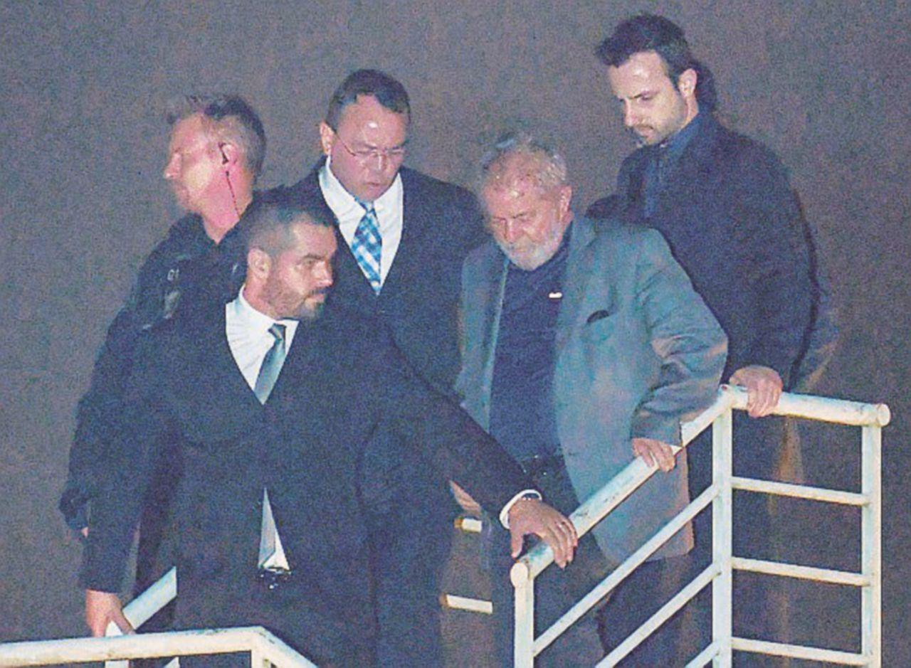 """Lula in cella di """"buon umore"""", fuori è il caos"""