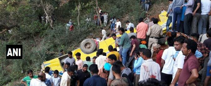 India, autobus precipita in un burrone: morti 27 bambini, l'autista e due maestre