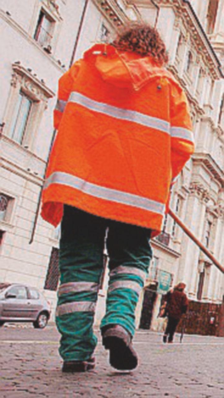 Proteste a Livorno per gli spazzini con i braccialetti