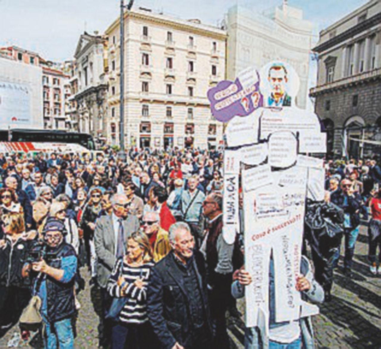 """Folla per De Magistris: """"È usura di Stato"""". Pd al contro-corteo ma fugge, c'è CasaPound"""