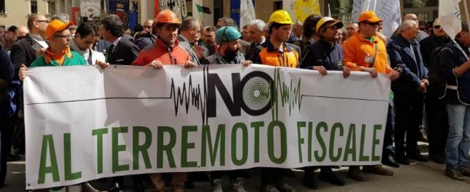 """Terremoto L'Aquila, corteo contro la restituzione delle tasse chiesta dall'Ue: """"Reduci dal sisma e vittime di Stato"""""""