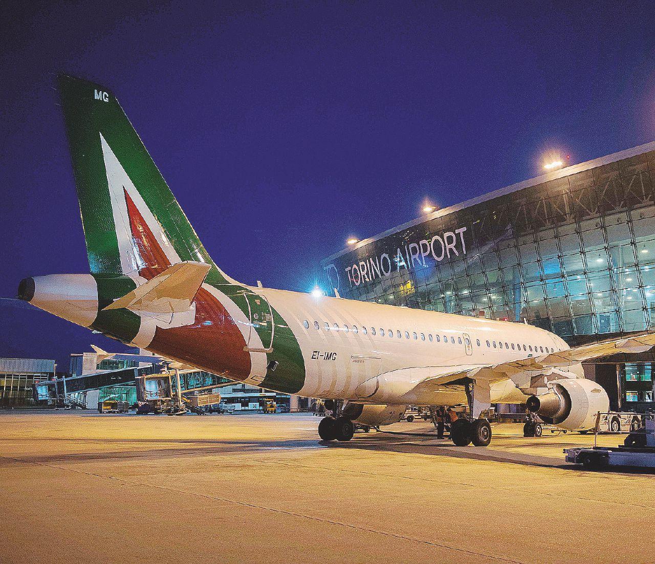 Alitalia è riuscita nel paradosso: fallire per il crollo del prezzo del petrolio