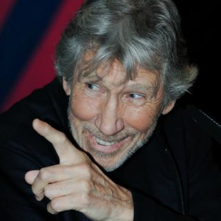 Roger Waters, la recensione del concerto al Forum di Assago: dalla toccante Time alla perfezione di Mother. La serata brano per brano