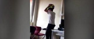 Bullismo a scuola, nuovo video degli studenti di Lucca. La testata col casco al professore in cattedra