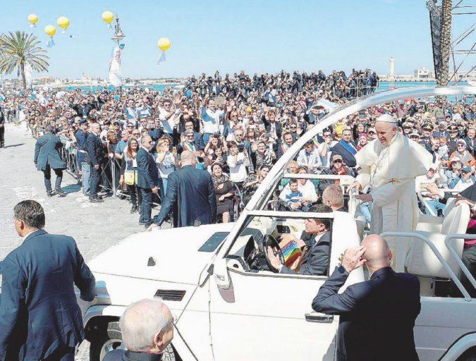 """""""È la bellezza degli ultimi"""". Il Papa incorona don Tonino"""