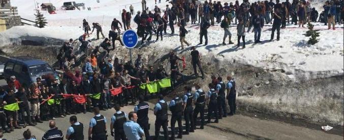 Migranti, marcia No Tav contro estremisti di destra: scontri con la Gendarmeria al confine tra Italia e Francia
