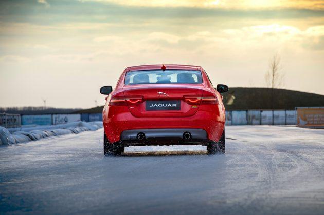 Jaguar XE Sport, gara sul ghiaccio contro il campione olimpi