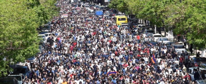 """Armenia, dopo le dimissioni del premier nuove proteste: """"Ora vada al governo il leader dell'opposizione"""""""