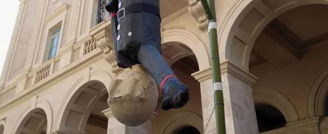 25 aprile, a Macerata pentolaccia come piazzale Loreto: bimbi armati per bastonare il fantoccio di Mussolini