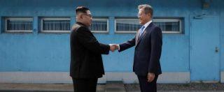 """Coree, storica stretta di mano al confine tra Kim e Moon: """"Denuclearizzare la penisola e trattato di pace entro il 2018"""""""