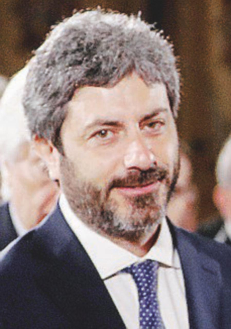La compagna di Fico replica alle Iene con la canzone di Guccini