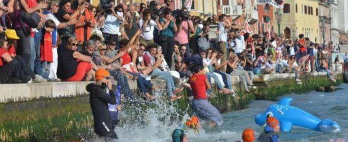 Venezia, si tuffarono nel bacino di San Marco per infastidire le grandi navi: Tribunale cancella multe ad attivisti