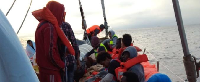 Migranti, dopo 30 ore la Guardia costiera dà l'ok al trasferimento sulla Aquarius dei 105 salvati dalla ong Open Arms
