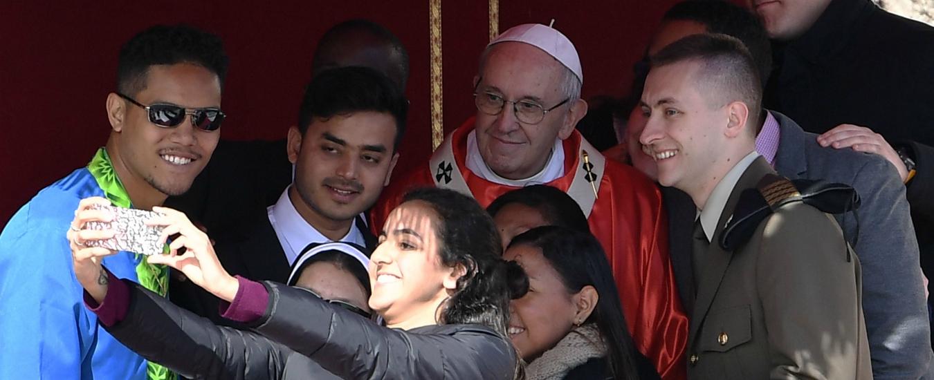 Papa Francesco, selfie con i fedeli e milioni di follower su Instagram. Il volto social di Bergoglio