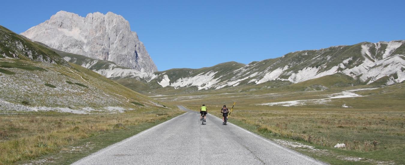 Giro d'Italia, 'L'uomo a pedali' e la strada per Rigopiano