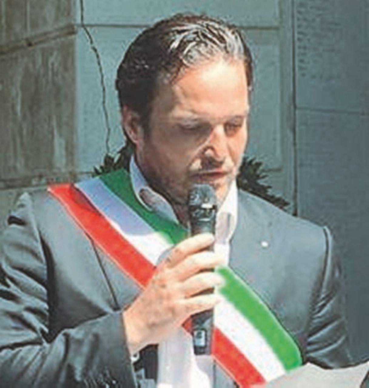 La fascia tricolore tra i fascisti agita Genova