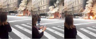 Roma, autobus della linea 63 prende fuoco ed esplode in via del Tritone. Il video