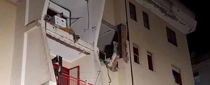 Crotone, esplosione in un appartamento: 2 morti e 4 feriti. Coinvolte tre bambine, una in gravi condizioni. Indaga la procura