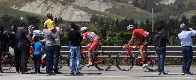 Giro d'Italia, auto forza barriere e investe motociclista del servizio d'ordine: ricoverato in gravi condizioni