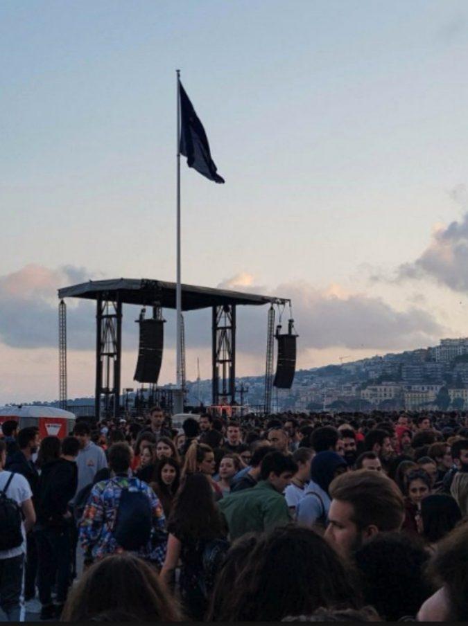 Liberato, in 20mila a Napoli per il concerto del rapper senza volto: chi c'era (e come è stato)