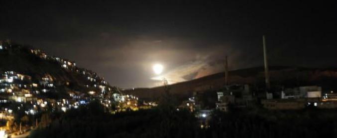 """Israele colpisce obiettivi iraniani in Siria: """"Risposta a razzi contro di noi sul Golan"""" Mosca: """"Idf ha lanciato settanta missili"""""""
