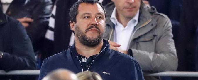 Salvini allo stadio per vedere il Milan. Cappellino rossonero e giacca del brand di riferimento di Casapound