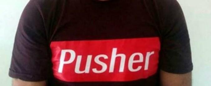 pusher scritto sulla maglietta. fermato, aveva droga davvero
