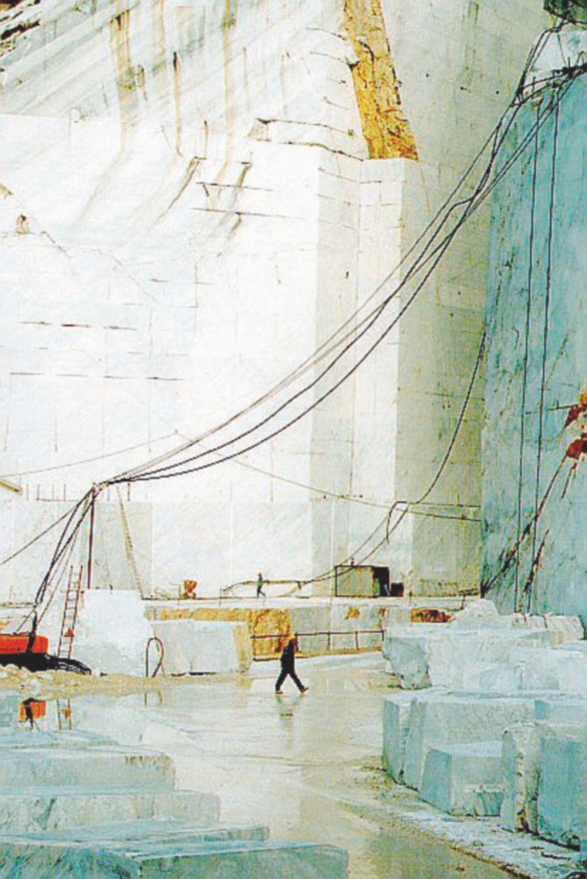 Ancora sangue sul lavoro: operaio schiacciato a Carrara