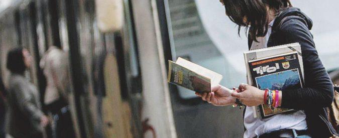 """""""Caro amico del bus, metti via il cellulare e riprenditi un libro"""""""