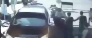 Indonesia, attacco suicida a bordo di due moto. Ecco il momento in cui un'intera famiglia si fa esplodere