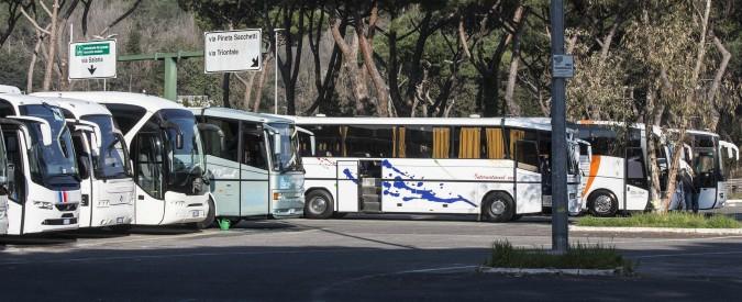 Roma, operatori dei bus turistici verso la serrata da giovedì: protesta contro le restrizioni all'ingresso in centro