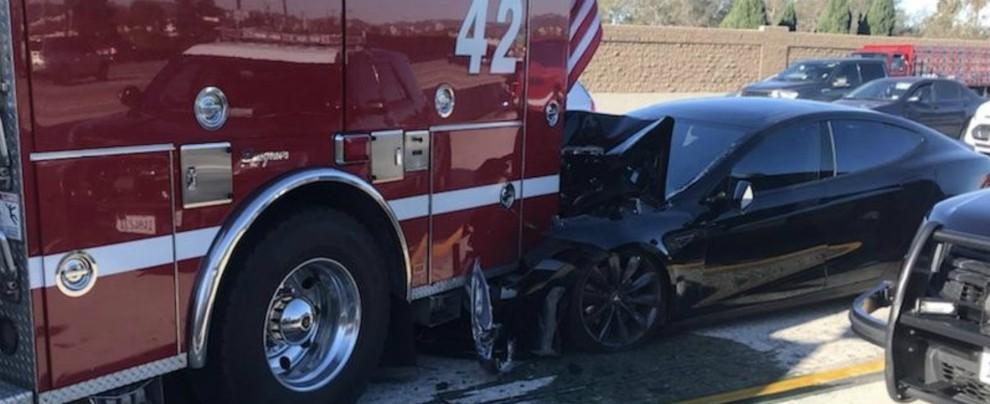 Tesla, una Model S si schianta contro camion pompieri. L'Autopilot era inserito?