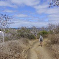 Un ranger del parco su un sentiero