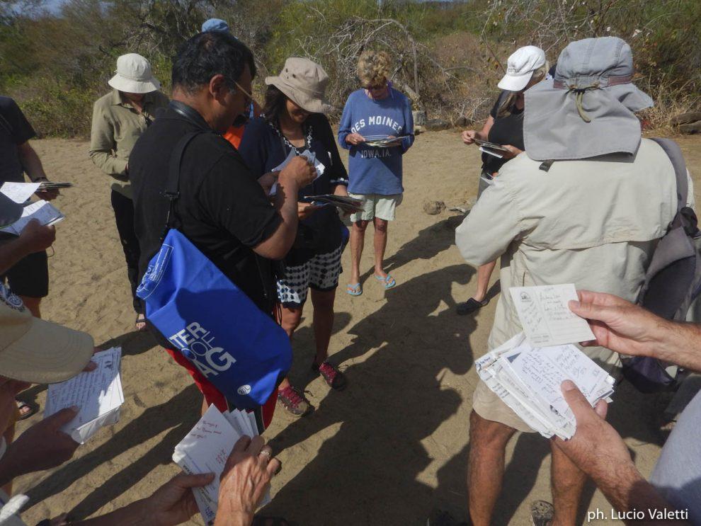 Turisti ascoltano il racconto della guida