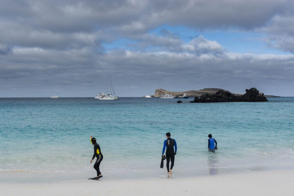 Turisti e barche in una baia