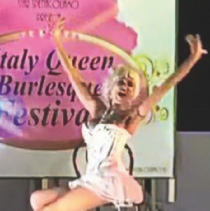 Guai e tribunali per l'infermiera con la passione del burlesque