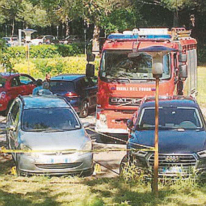 Muore bimba lasciata in auto: sui seggiolini legge al palo