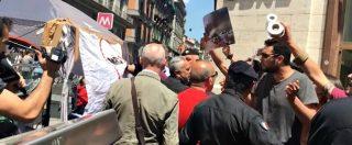 """Gazebo M5s-Lega, a Napoli contestazione dei centri sociali. Cori e lanci di carta igienica: """"Avete dimenticato il Sud"""""""