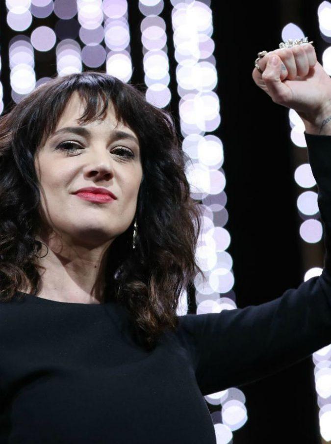 """Asia Argento ricorda lo stupro subito da Weinstein e accusa la platea di Cannes: """"Sappiamo chi siete"""""""