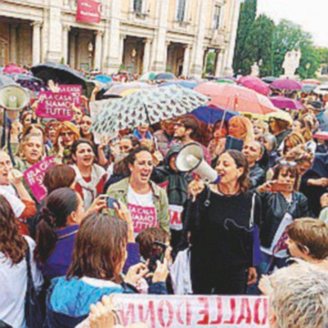 """Casa Donne, mille in piazza Raggi si difende """"Non chiuderà"""""""