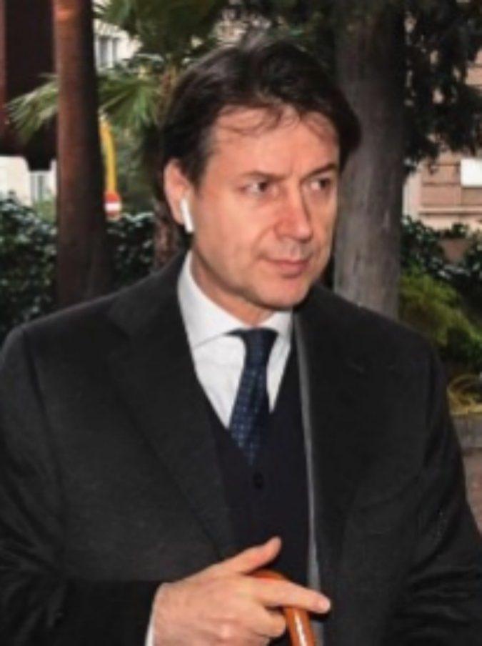Giuseppe Conte, gaffe su Twitter: sbaglia a scrivere Independence Day. Poi riscrive il tweet